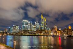 Wolken ziehen über die Frankfurter Skyline bei Nacht