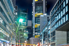 Verkehr bei Nacht im Frankfurter Bankenviertel