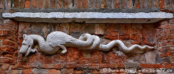 Drachenskulptur in einem venezianischen Hinterhof.