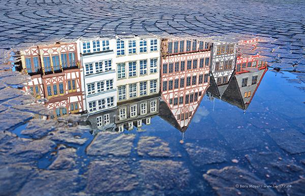 Spiegelbild in einer Pfütze der Frankfurter Altstadt