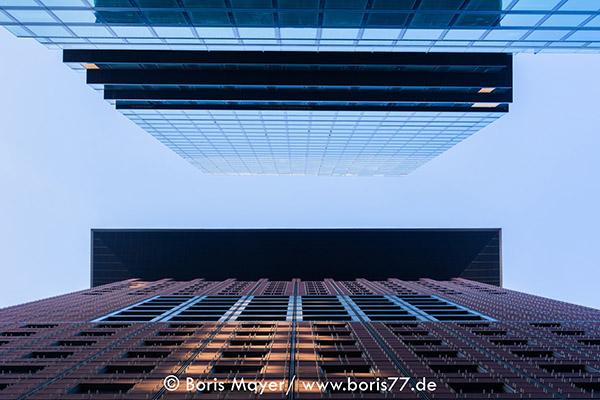 Zwei sich gegenüberstehende Wolkenkrazer in der Frankfurter Innenstadt