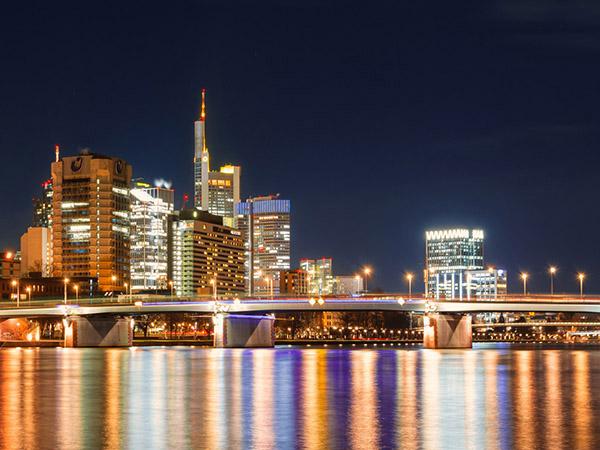 Beleuchtete Skyline von Frankfurt am Main bei Nacht